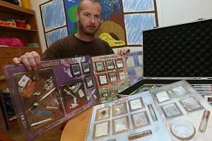 """V litoměřickém Kontaktním centru je k vidění i kufr se vzorky drog a """"pomůckami"""" narkomanů."""