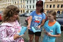 ÚČASTNÍCI Cyklo–běhu Za Českou republiku bez drog 2010 rozdávali na litoměřickém Mírovém náměstí propagační letáky.