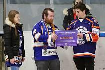 Fanoušci litoměřického hokeje vybrali mezi sebou 4 500 korun pro nemocného Adámka Pařízka