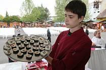 V prostoru estrády prezentují o víkendu své dovednosti žáci gastronomických oborů litoměřické Střední školy pedagogické, hotelnictví a služeb.