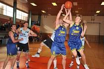 Obrana litoměřických basketbalistů byla důsledná, jak předvádí Michal Šutnar (7-vpravo) a Petr Krupka (18). Jan Šebo (5) uhlídal domácího exligistu Emila Palatinuse (12-na tričku).