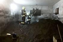 Hasiči museli hromadu rozhrabávat a dostat uhlí ven s pomocí dopravníkového pásu.