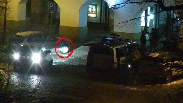 PŘI PARKOVÁNÍ vjel opilý muž na chodník.