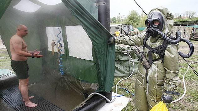 """Ve vojenském prostoru v Litoměřicích proběhlo certifikační cvičení mnohonárodního praporu radiační, chemické a biologické ochrany pod názvem """"Peaceful Dragon""""."""