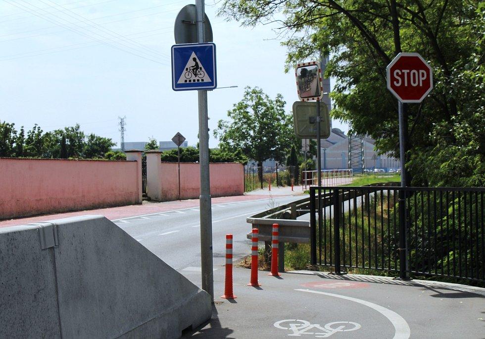 Betonové panely u cyklostezky v Křešicích částečně nahradí panely se zábradlím.