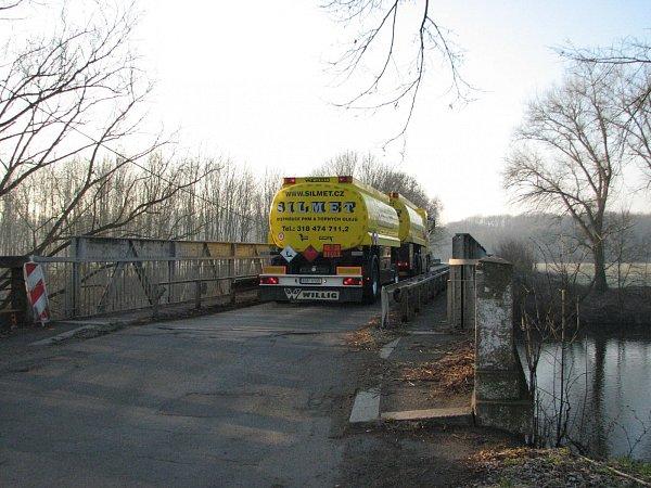 Most přes Ohři vBřežanech patří zejména pro svou šířku mezi kritická místa na páteřní komunikaci II/246.