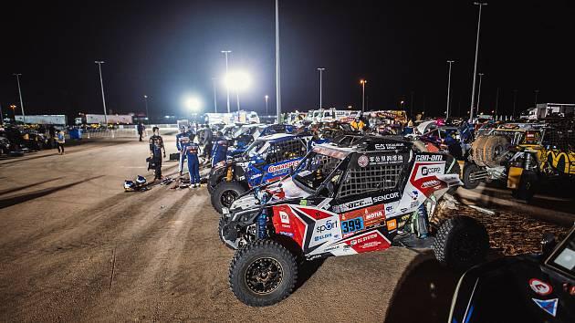 Buggyra na maratonské etapě Dakar 2021.