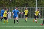 Utkání Prackovic (v modrém) proti Lovosicím B se odehrálo na umělé trávě v Lovosicích.