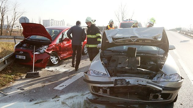 Ke srážce dvou osobních automobilů došlo v pátek před třetí hodinou u Hrdel.