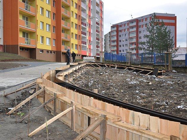 BUDOUCÍ ODDYCHOVÁ ZÓNA. Na řadě míst jsou v těchto dnech v rámci první etapy regenerace pokratického sídliště dokončovány chodníky. Na pravé straně vidíme základy budoucího místa určeného k oddychu, kde budou instalovány i tři herní prvky pro děti.