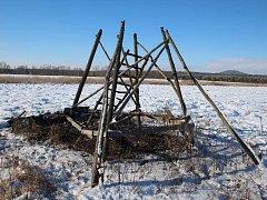 Zhář zapálil na Litoměřicku a Podřipsku 16 mysliveckých posedů a stoh.