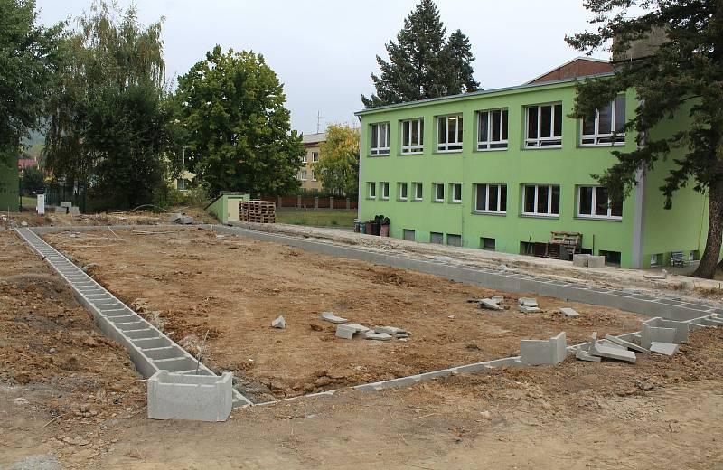 U Základní školy ve Velemíně začala stavba nové družiny.