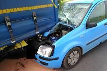 U obce Rohatce narazilo osobní auto do zaparkovaného kamionu
