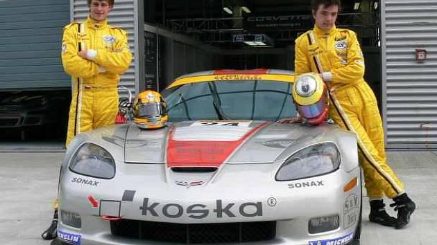 Mladí piloti Martin Metzke a Jiří Skula řídí tento Chevrolet Corvette Z06R GT3 , patřící  roudnické stáji MM Racing, už jako zkušení  mazáci.