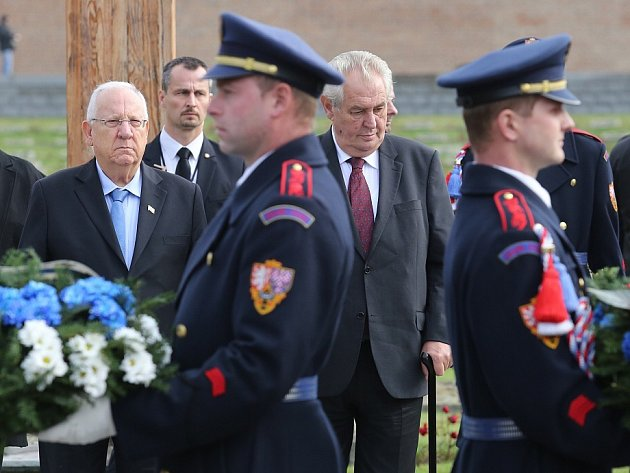 Prezidenti České republiky a Izraele na Národním hřbitově v Terezíně.
