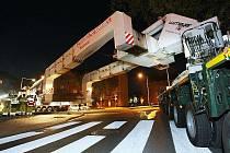 Obří železný kolos převážející nový generátor na cestě z Lovosic do elektrárny v Tušimicích.