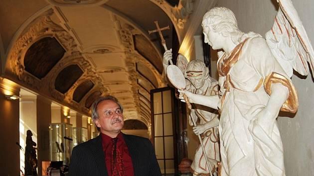 MEZI HOSTY slavnostní vernisáže patřil i starosta Litoměřic Ladislav Chlupáč, který společně s hejtmankou Ústeckého kraje Janou Vaňhovou převzal nad akcí záštitu. Na snímku si prohlíží archanděla Michaela, dílo Václava Matěje Jäckela.