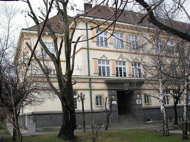 Gymnázium v Lovosicích.