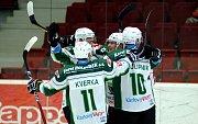 Hokejisté karlovarské Energie (v bílém) si v přípravném utkání poradili se Stadionem Litoměřice.