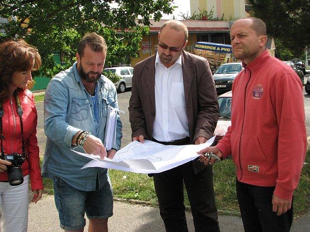 PRÁCE. Včera se s plánem 2. etapy regenerace sídliště Pokratice a s průběhem prací seznámili městští radní a zástupci některých médií.