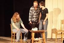 Herci divadelního souboru Pik-art při představení hry Příběhy obyčejného šílenství.