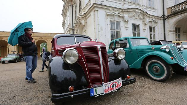 Tradiční závod autoveteránů O pohár hraběte Chotka z Velkého Března do Ploskovic a zpět.