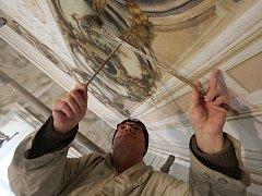 Krásu nástropním malbám starým více než jeden a půl století vrátí umělci v 10 místnostech zámku Ploskovice.