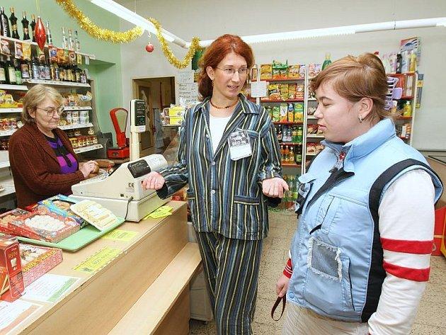 PROTEST, NE BOJKOT SLUŽEB. Katarína Markošová, vedoucí Chráněného bydlení v Terezíně, se včera ke stávkujícím přidala. Oblečená do pyžama  doprovázela jednu z uživatelek sociálních služeb na nákup do obchodu s potravinami v Terezíně.
