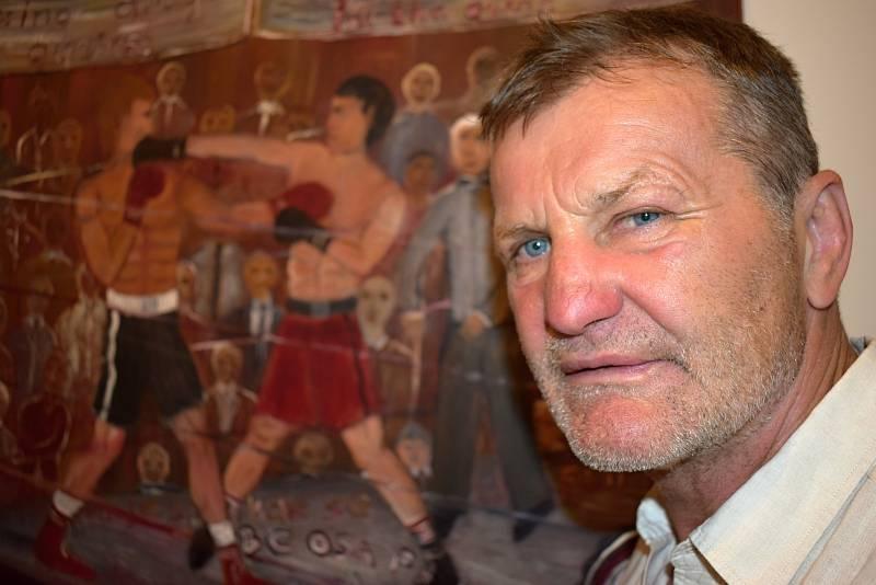 Boxer Rostislav Osička se v litoměřické galerii představuje jako originální malíř a básník