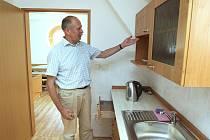 V NOVÉM. Vybavení  podkrovních pokojíků sociálního bydlení, právě dobudovaných v Hospici sv. Štěpána, předvádí ředitel zařízení Pavel Česal. Půdní vestavbou vzniklo šest sociálně–zdravotnických lůžek.