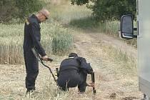 HLEDAJÍ STOPY. V okolí Klenče na Roudnicku v pondělí pátrali policejní specialisté.  Hledali nábojnice a další předměty, které by s tragédií mohly souviset.