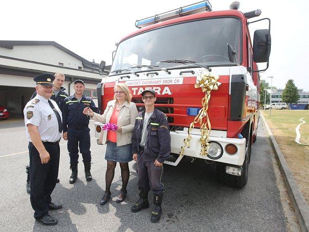 Jednotka dobrovolných hasičů z Prackovic si převzala od profesionálních hasičů automobil Tatra 815, CAS 25.