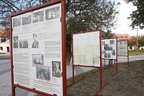 V Litoměřicích před kulturním centrem probíhá putovní výstava Zaniklý svět původních českých Romů a Sintů.