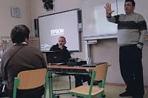 MODERNÍ VÝUKA. Úterní výuka probíhala pro účastníky projektu na lovosickém gymnáziu v podání zahraničních profesorů, součástí byla také videokonference.