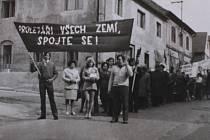 """Prvomájový průvod před novou sokolovnou roku 1971. """"Pokratičáci byli patrioti. Museli mít samostatný průvod, pochodovou kapelu i vlastní Sokol,"""" říká kronikář Škamla."""