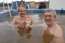 Ve vodě ohřáté horninou na 33,5 stupně Celsia si včera v areálu bývalých kasáren Dukelských hrdinů v Litoměřicích zaplavali starosta Ladislav Chlupáč a Pavel Gryndler.
