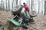 V lese u Litochovic zemřel řidič, s nímž se převrátil traktor.