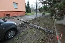 Nejenže betonové železniční pražce brání místním v parkování před jejich domy, znemožňují také vjezd hasičům, záchranářům, popelářům či pošťákům. Lidé zátarasy musejí přelézat. Problém s tím mají maminky s kočárky i starší lidé.