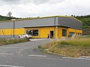 Na předměstí Litoměřic vyrostla průmyslová hala bez stavebního povolení. Stavební úřad zahájil řízení o jejím odstranění.