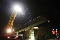 Příprava na usazení nové mostovky na trati u Lovochemie