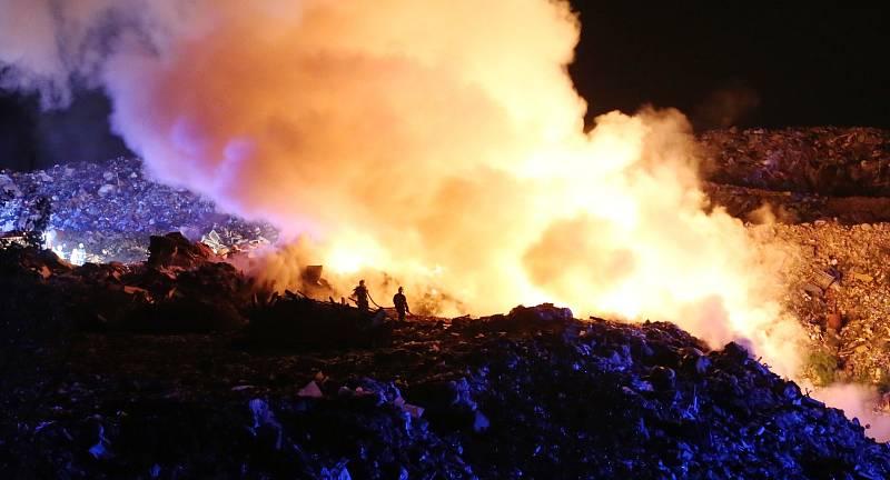 Požár zasáhl skládku komunálního odpadu SONO u Siřejovic na Lovosicku.