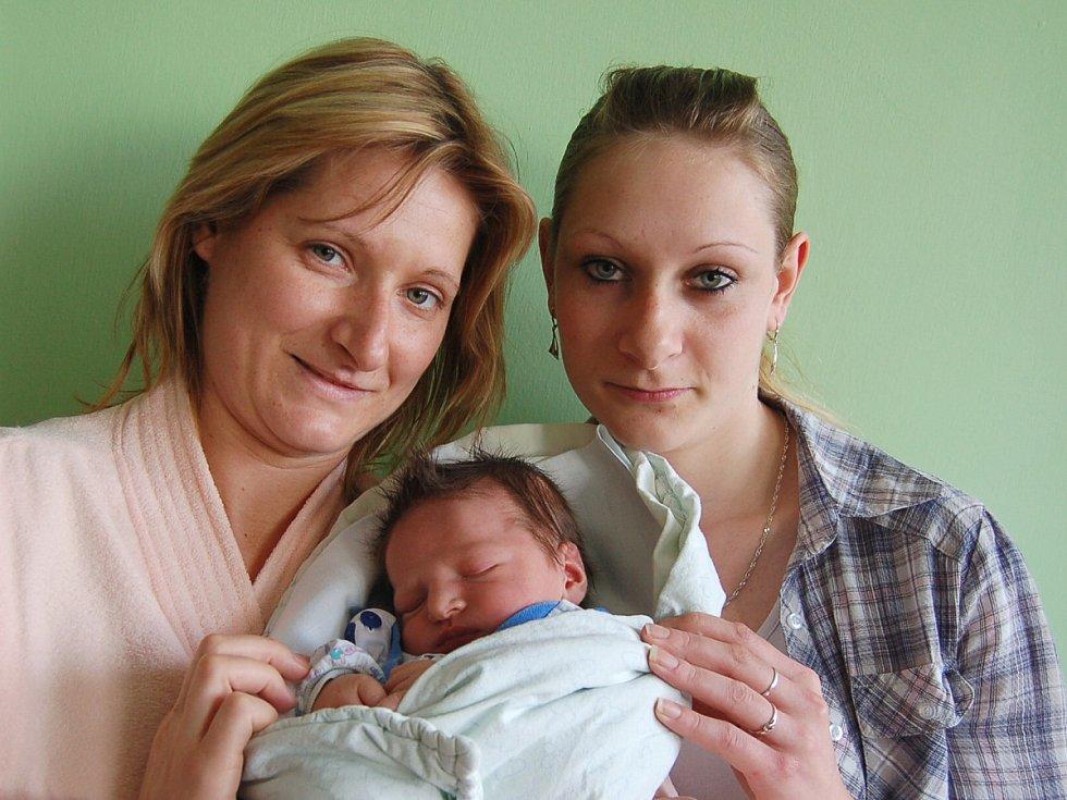 Lucii Ficencové a Radkovi Blínovi z Lovosic se v litoměřické porodnici 17. dubna v 8.32 hodin narodil syn Lukáš Blín (53 cm, 4,2 kg).  Na snímku i s tetou Janou. Blahopřejeme!
