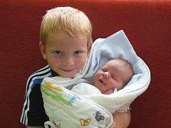 Kateřině a Janu Skalickým z Lovosic se 25. června v 0.41 hodin narodil v Litoměřicích syn Štěpán Skalický. Měřil 51 cm a vážil 4,06 kg. Na snímku s bratrem Adamem.
