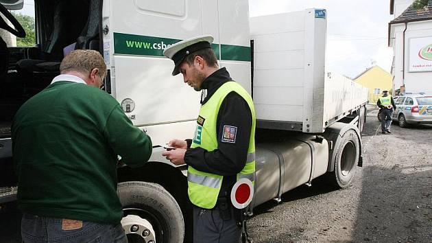 Policisté kontrolovali těžká nákladní vozidla v přetížených Žalhosticích.