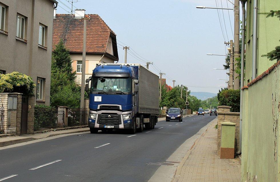 Křešicemi, na hlavním tahu z Litoměřic do Mělníka, projedou denně stovky nákladních i osobních aut. Na dlouhé rovince v Litoměřické ulici řada z nich nedodrží povolenou rychlost.
