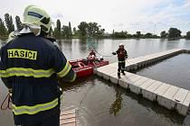 Přístavní molo na náplavce v Litoměřicích někdo úmyslně odvázal a pustil na otevřenou řeku