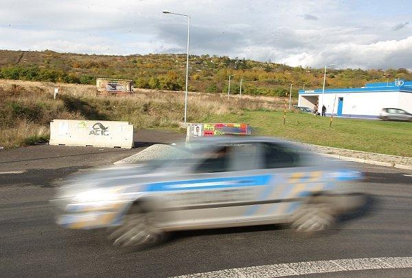 STOPKA OBCHVATU. Betonová zábrana jakoby symbolicky naznačuje řidičům, že západní komunikace nebude. Tzv. litoměřický obchvat není mezi prioritními stavbami Ústeckého kraje.