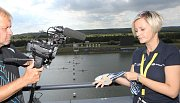 Na Mistrovství světa v rychlostní kanoistice je všechno připravené. V pondělí dorazily i medaile pro vítěze, které nám ukazala Martina Kučerová z tiskového střediska.