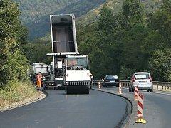 V jednom jízdním pruhu silnice 1/30 od Ústí nad Labem směrem na Zálezly se opravuje povrch vozovky.