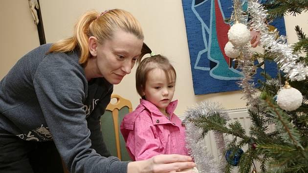 Čtyřletá Kristýnka už pár dárků k Vánocům  dostala, další na ni čekají u dědy a tety v Praze.  Maminka Alena se víc než na dárky těší na setkání se svými nejbližšími. Na malé město si stále nemůže zvyknout, ale pomoci Farní charity si nesmírně váží.
